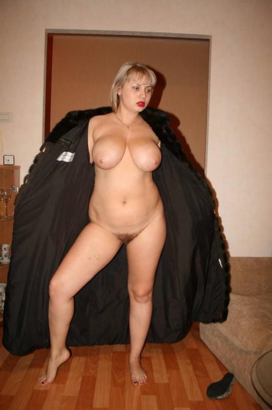 Толстая эксгибиционистка позирует дома 14 фото