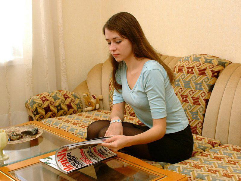 Русская студентка возбудилась от снимка в журнале и разделась 1 фото
