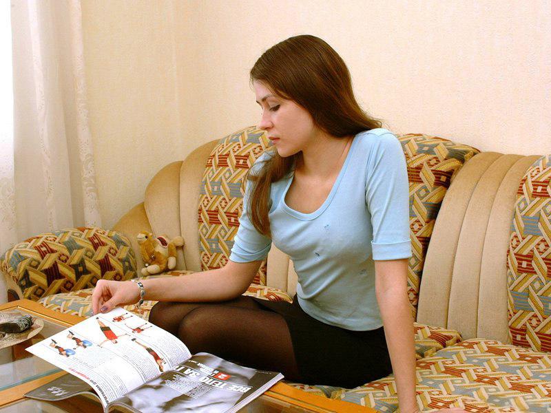 Русская студентка возбудилась от снимка в журнале и разделась 2 фото