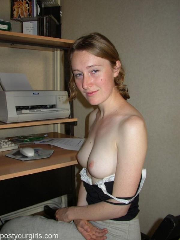 Секретарша оголяет натуральные груди перед уходом на работу 8 фото