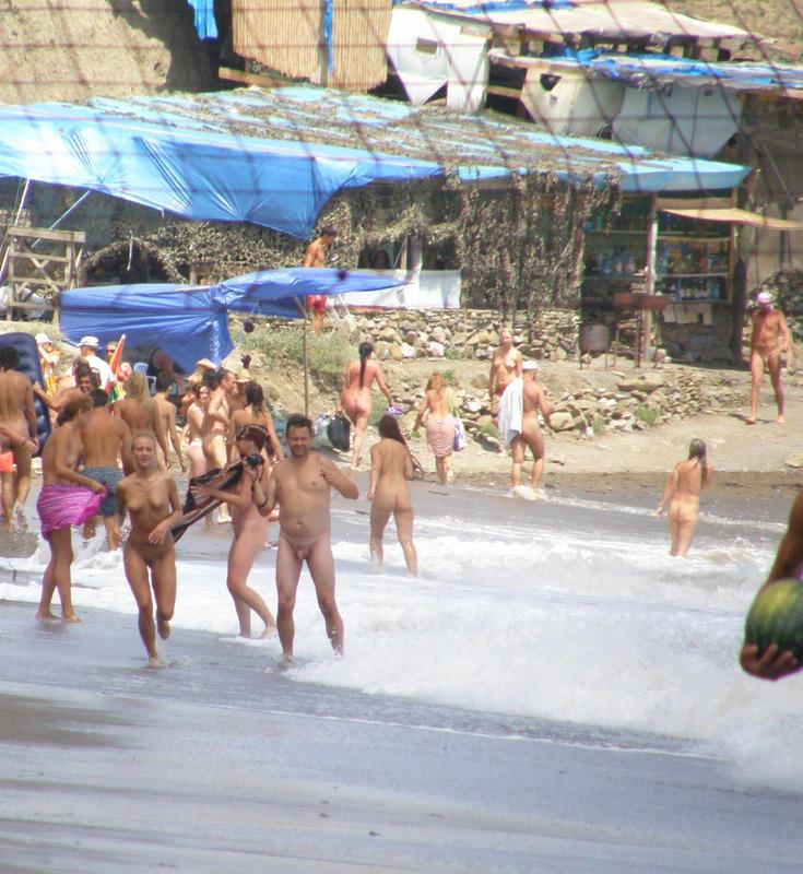 Нудисты отдыхают и шалят на диком пляже 18 фото