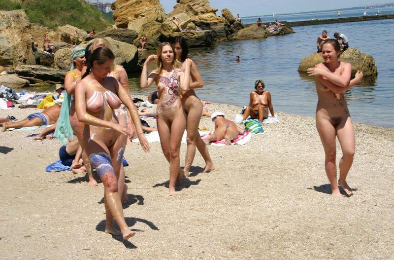 Нудисты отдыхают и шалят на диком пляже 16 фото