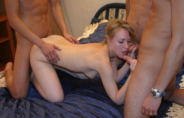 Пикантные снимки домашнего секса втроем 4 фото
