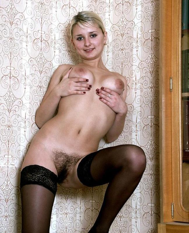 Голенькая блондинка с волосатой киской в черных чулках 10 фото
