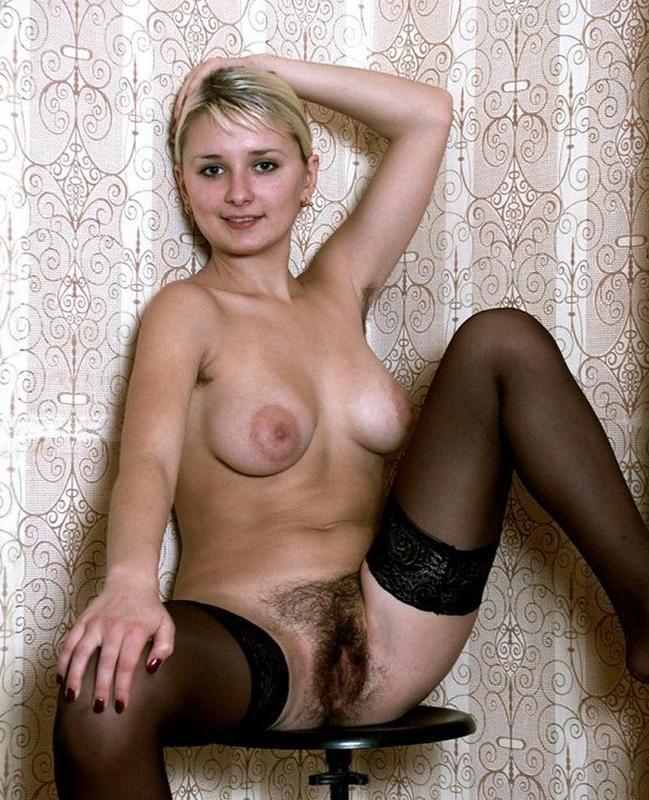 Голенькая блондинка с волосатой киской в черных чулках 15 фото
