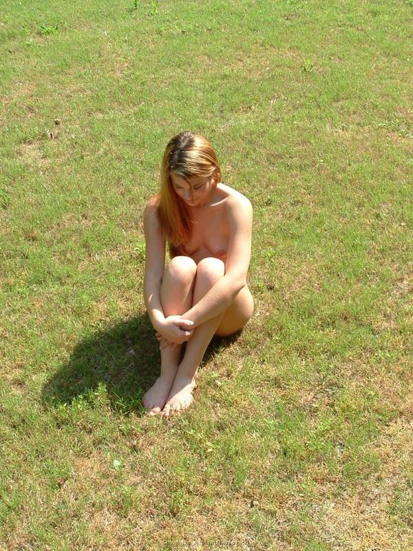 Голая дачница позирует без одежды во дворе 4 фото