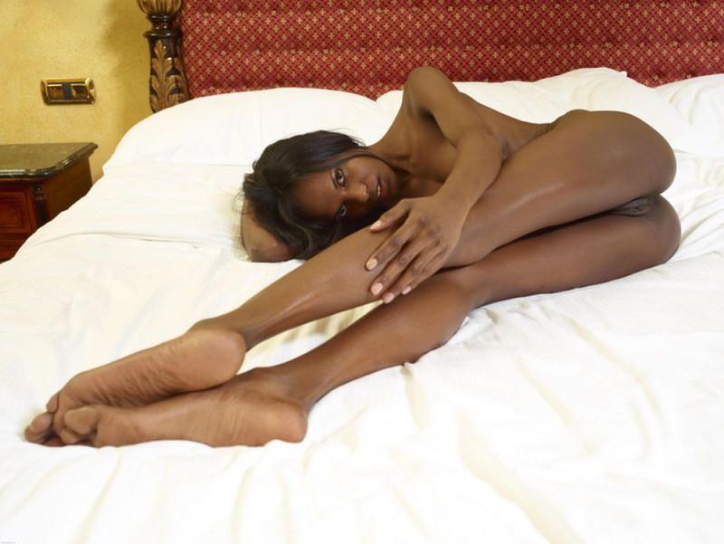 Негритянка показывает худое тело и маленькие титьки 16 фото