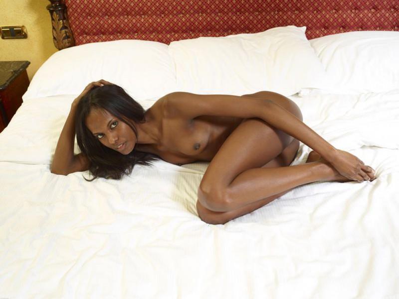 Негритянка показывает худое тело и маленькие титьки 6 фото
