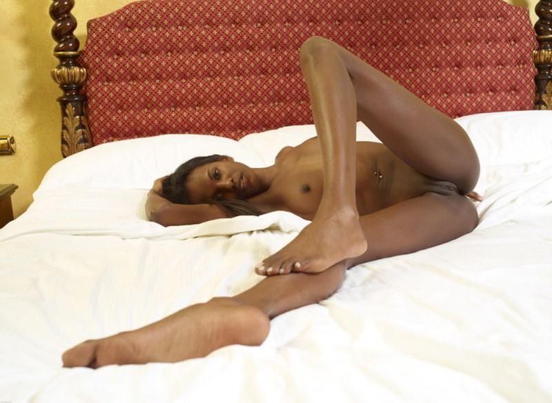 Негритянка показывает худое тело и маленькие титьки 1 фото