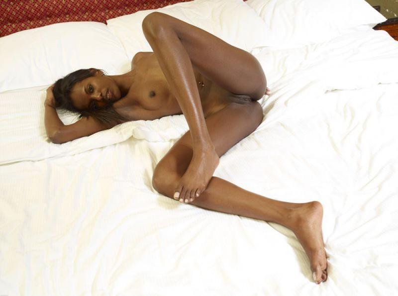 Негритянка показывает худое тело и маленькие титьки 12 фото