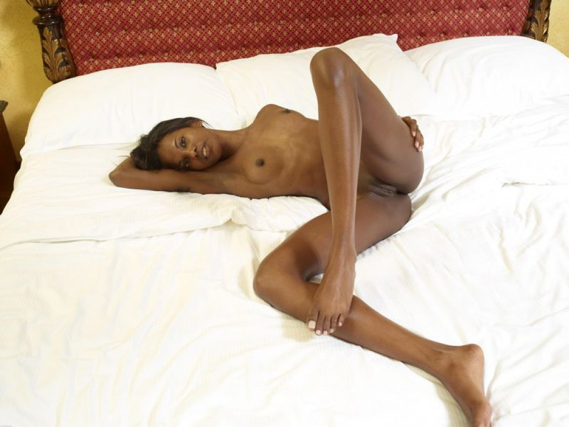 Негритянка показывает худое тело и маленькие титьки 4 фото