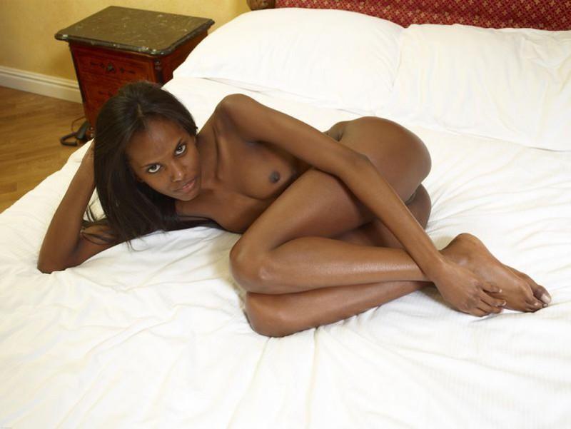 Негритянка показывает худое тело и маленькие титьки 11 фото