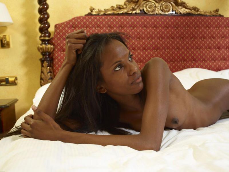 Негритянка показывает худое тело и маленькие титьки 13 фото