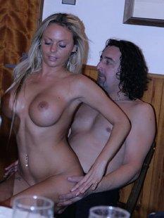 Стриптизерша сняла наряд и потерлась о клиента голым телом