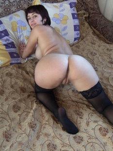 Бывалая давалка голышом на кровати