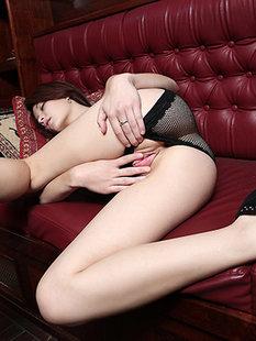 Сногсшибательная азиатка позирует голышом на пароме