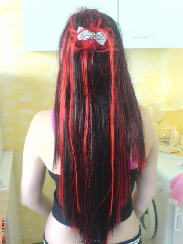 Неформалка с разноцветными волосами показала киску с пирсингом 5 фото