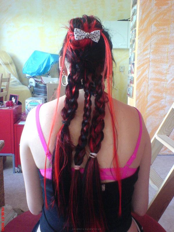 Неформалка с разноцветными волосами показала киску с пирсингом 8 фото