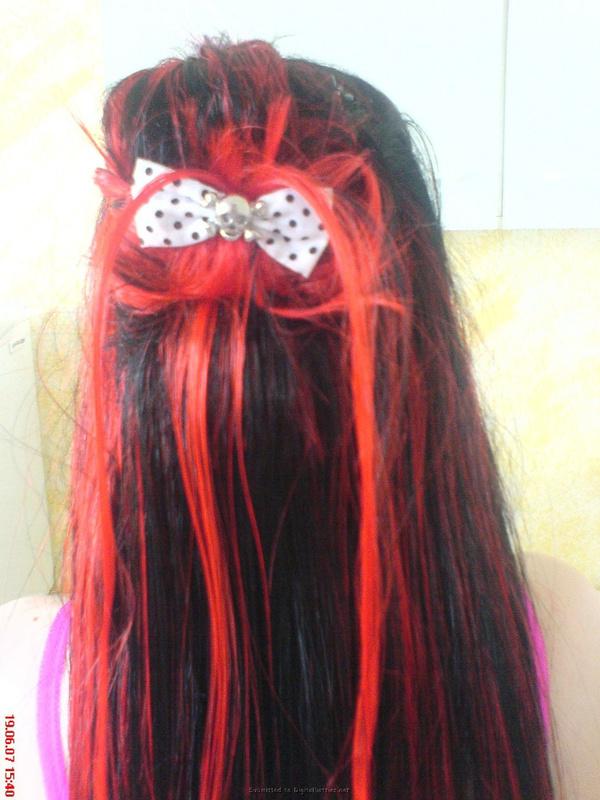 Неформалка с разноцветными волосами показала киску с пирсингом 6 фото