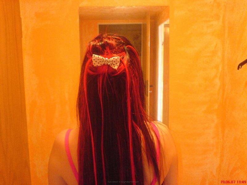 Неформалка с разноцветными волосами показала киску с пирсингом 2 фото