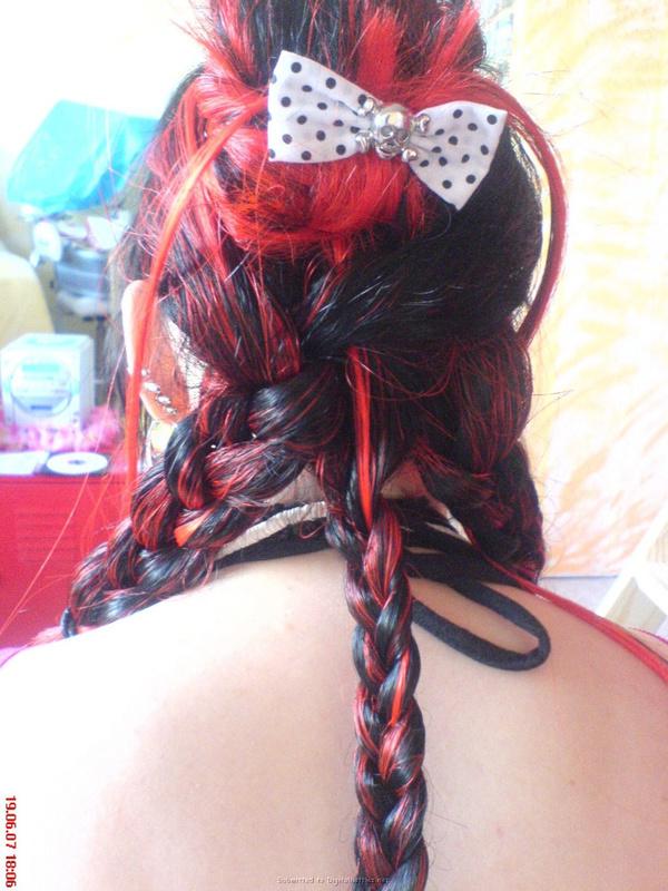 Неформалка с разноцветными волосами показала киску с пирсингом 9 фото