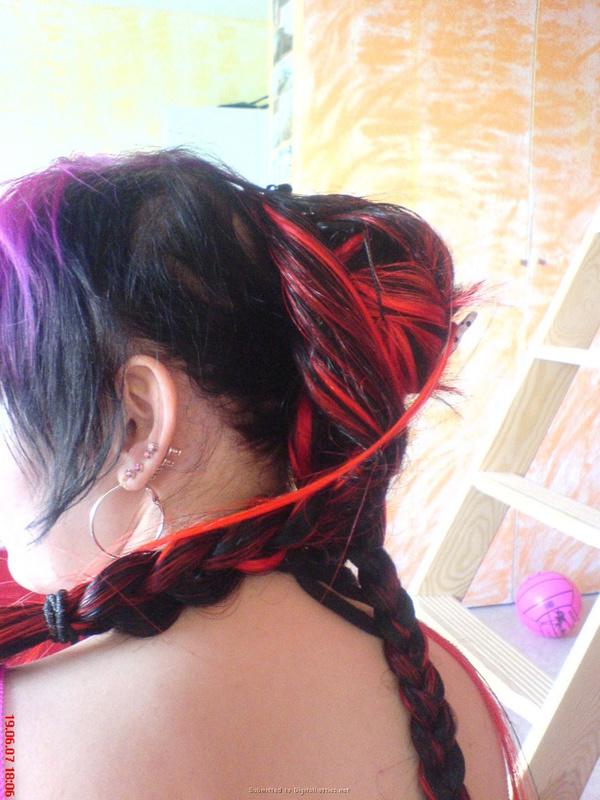 Неформалка с разноцветными волосами показала киску с пирсингом 11 фото