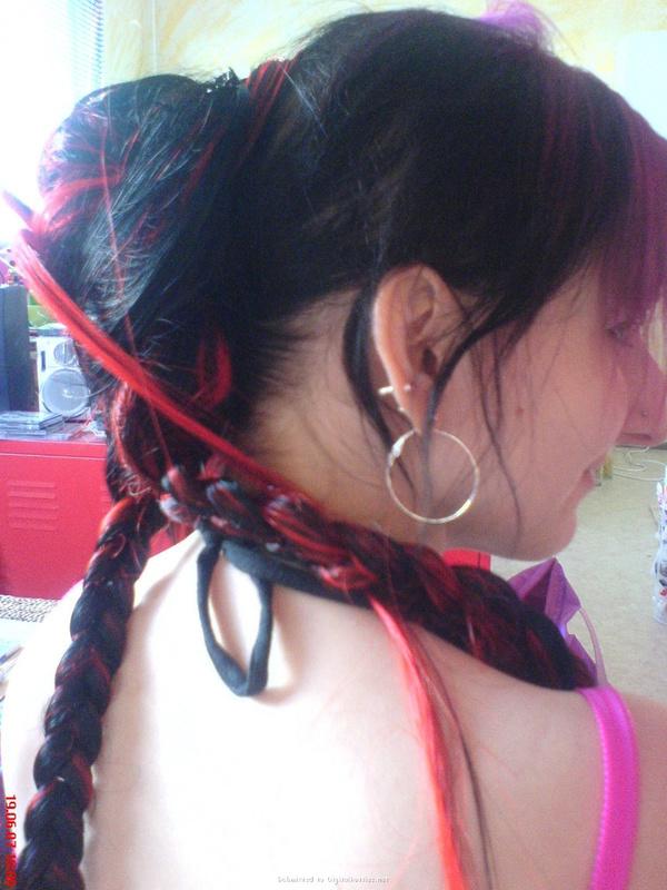 Неформалка с разноцветными волосами показала киску с пирсингом 10 фото