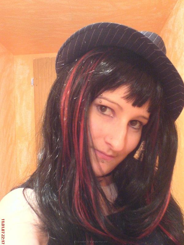Неформалка с разноцветными волосами показала киску с пирсингом 29 фото