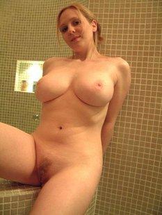 Русская жена с большими сиськами позирует в ванной для мужа