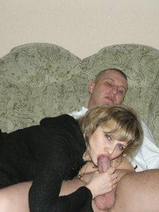 Русская баба играет дилдо и сосет член мужу дома и в бассейне