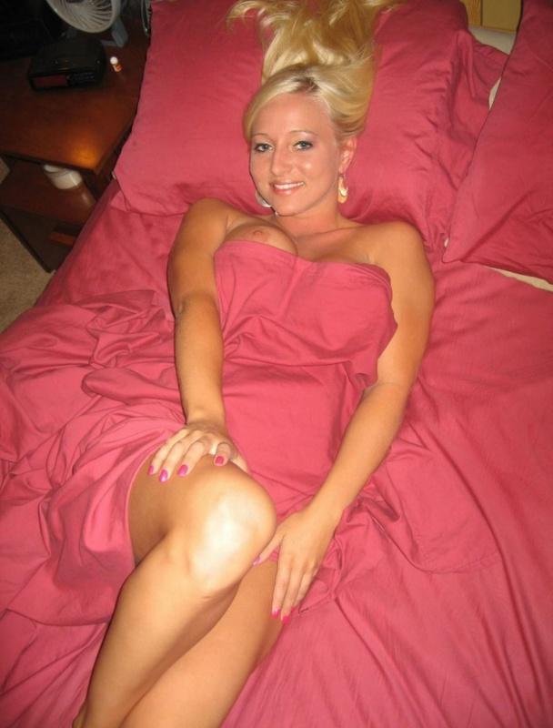 Русская блондинка с большими дойками и попой показывает тело мужу 11 фото