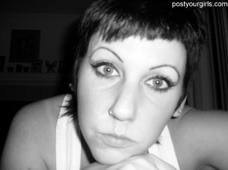 Взрослая брюнетка с короткими волосами делает обнаженные селфи 6 фото