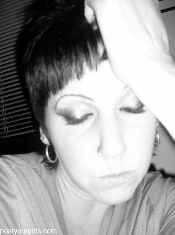 Взрослая брюнетка с короткими волосами делает обнаженные селфи 4 фото