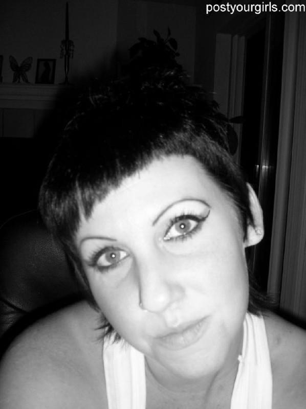 Взрослая брюнетка с короткими волосами делает обнаженные селфи 5 фото