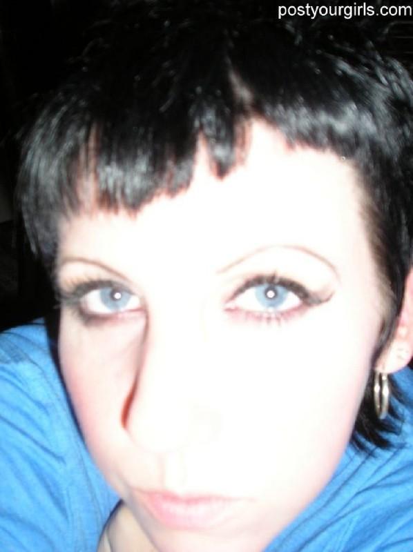 Взрослая брюнетка с короткими волосами делает обнаженные селфи 3 фото
