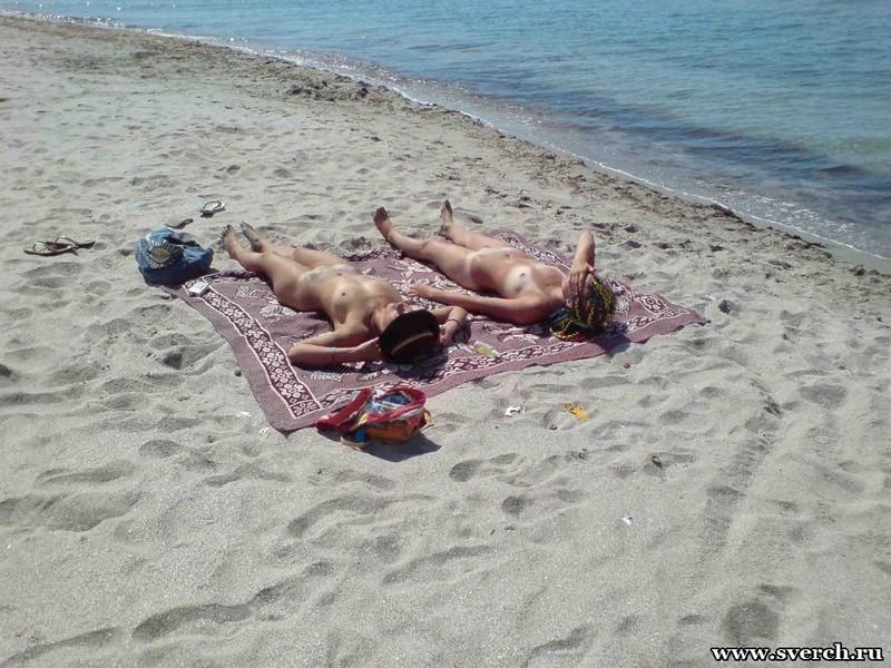 Голые подружки загорают на нудистском пляже (тайная съёмка) 8 фото
