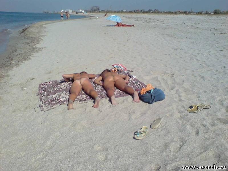 Голые подружки загорают на нудистском пляже (тайная съёмка) 1 фото