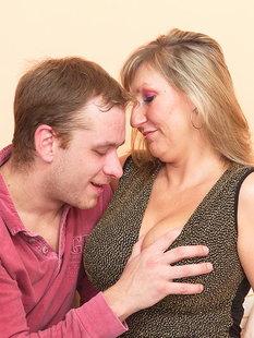 Парни ублажают руками горячую женщину в чулках