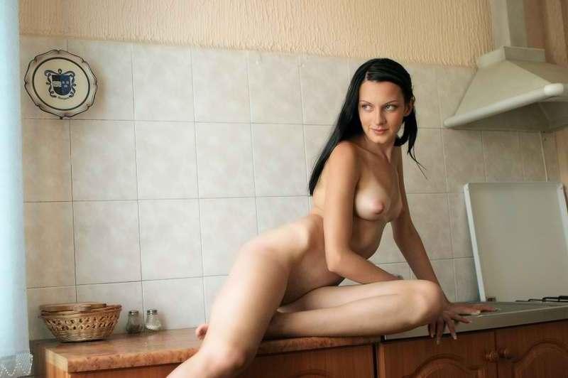 Худая брюнетка в красном белье позирует на кухне 10 фото