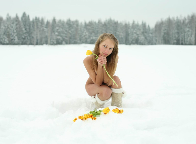18летняя девушка в сапогах позирует на снегу с тюльпанами голая 1 фото