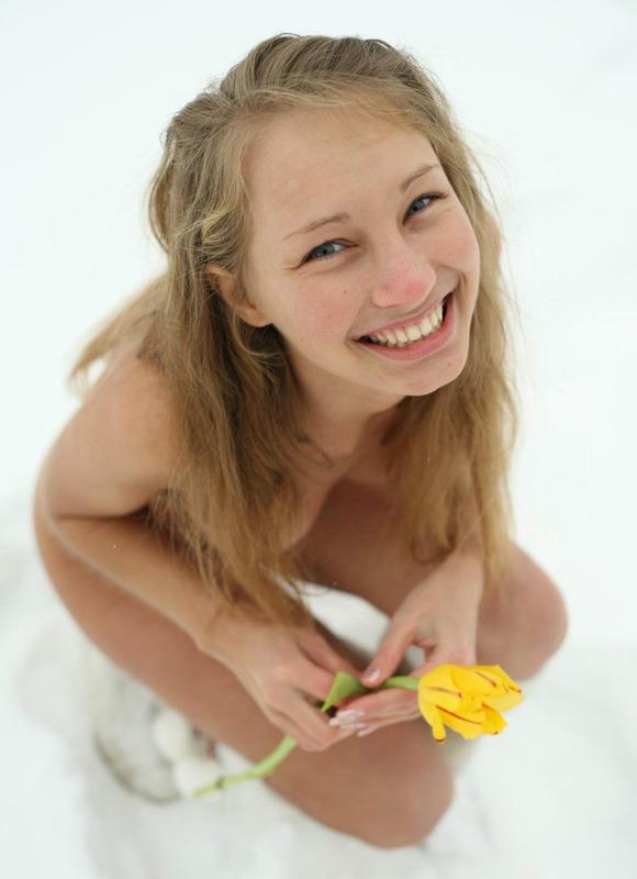18летняя девушка в сапогах позирует на снегу с тюльпанами голая 2 фото