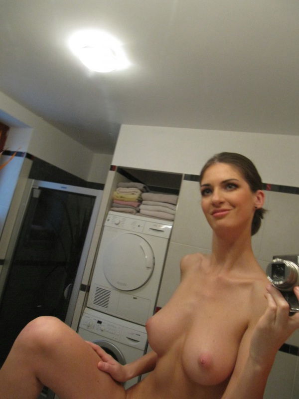 Грудастая худышка делает голые селфи в зеркале 4 фото
