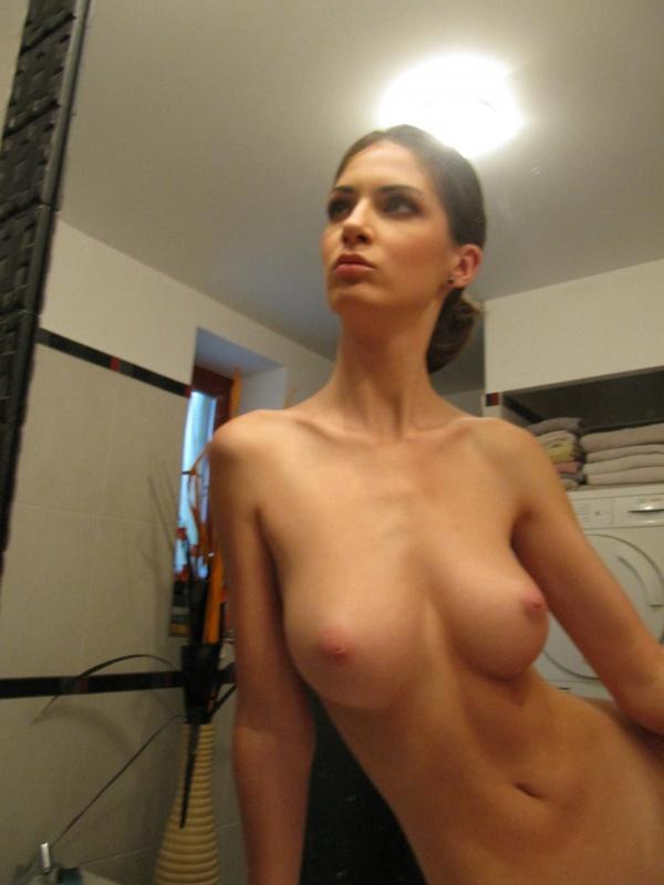 Грудастая худышка делает голые селфи в зеркале 5 фото