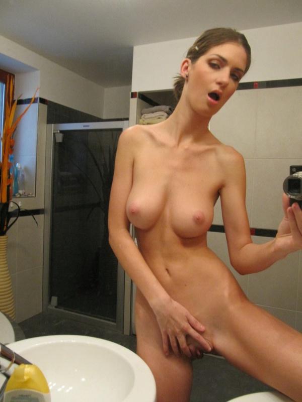 Грудастая худышка делает голые селфи в зеркале 9 фото
