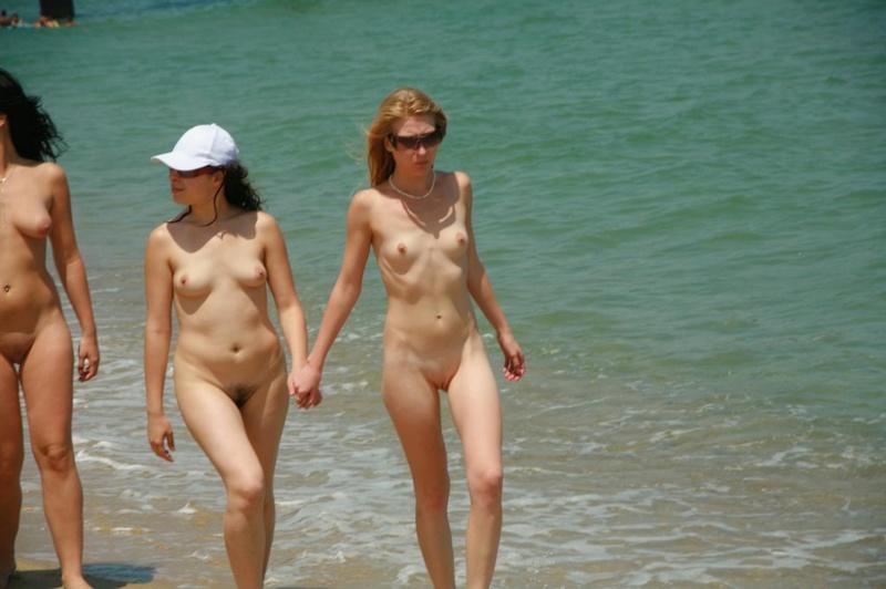 Стройные телки пришли отдыхать на нудистский пляж 6 фото