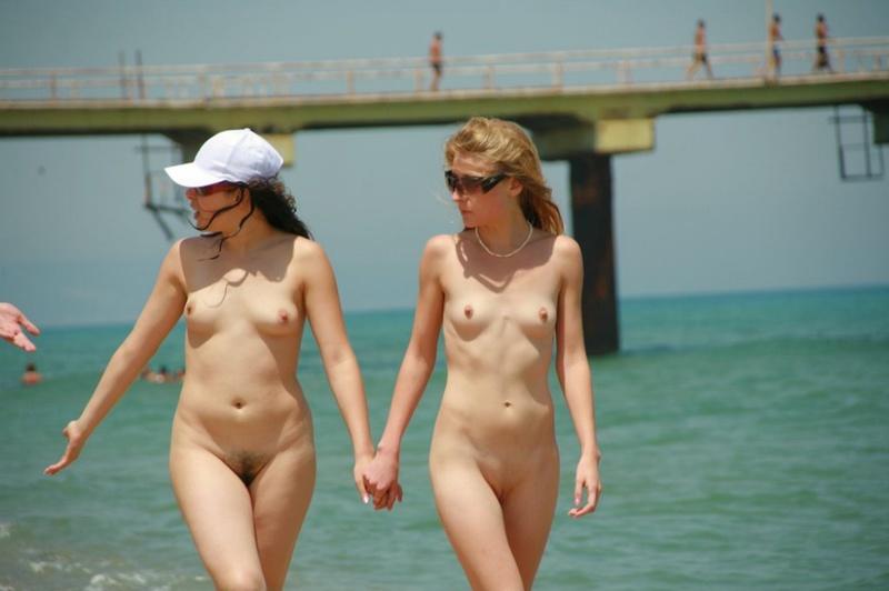 Стройные телки пришли отдыхать на нудистский пляж 12 фото