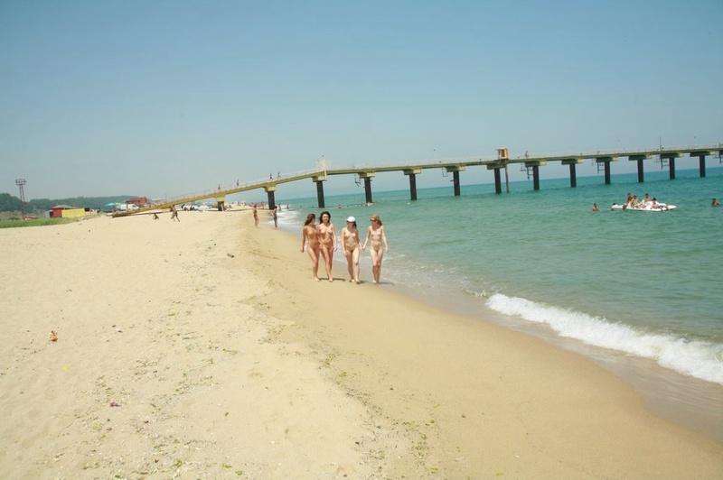 Стройные телки пришли отдыхать на нудистский пляж 3 фото