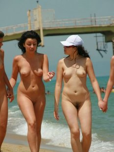 Стройные телки пришли отдыхать на нудистский пляж