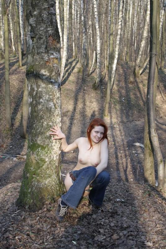 Рыжая неформалка демонстрирует киску на людях и в лесу 4 фото