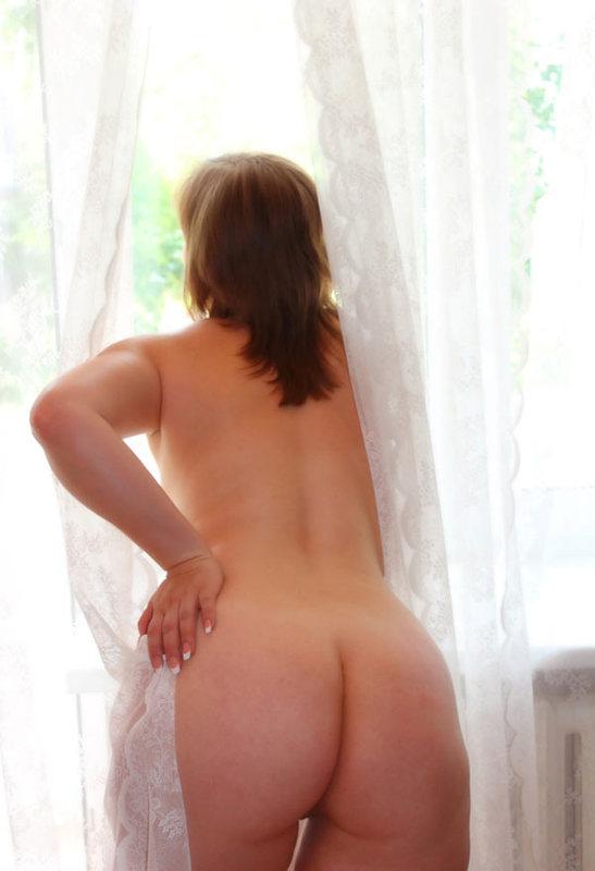 Голая мамаша закуталась в домашние шторы и светит большой попой 9 фото